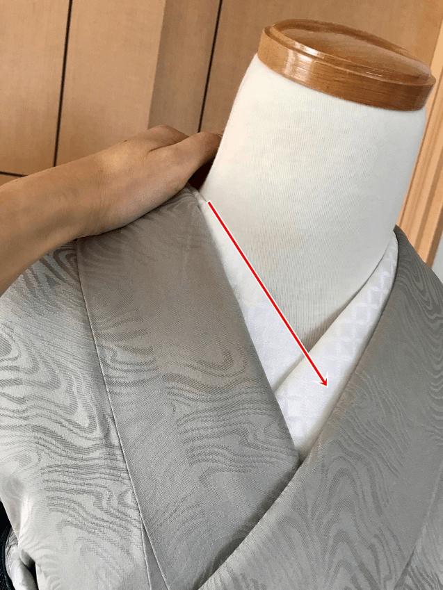 着物の衿と長襦袢の半衿をしっかり抑えます