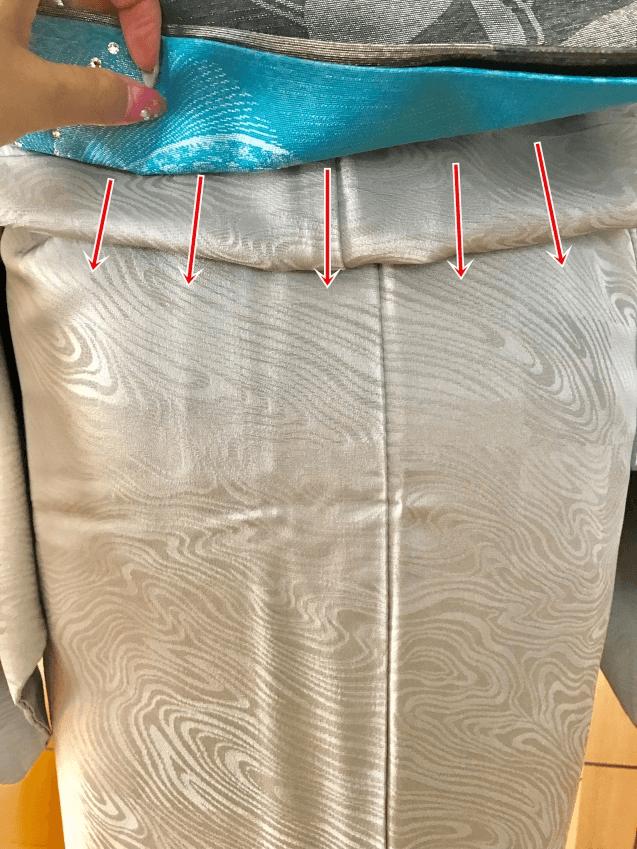 帯の下の部分(垂れ先)をめくり着物