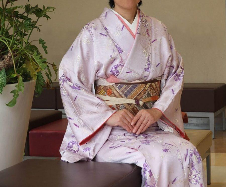 着物の着付けの資格椅子に座る着物を着た女性