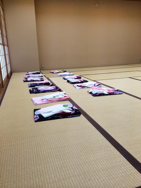 ①大手着付け教室 着物が畳んで置いてある