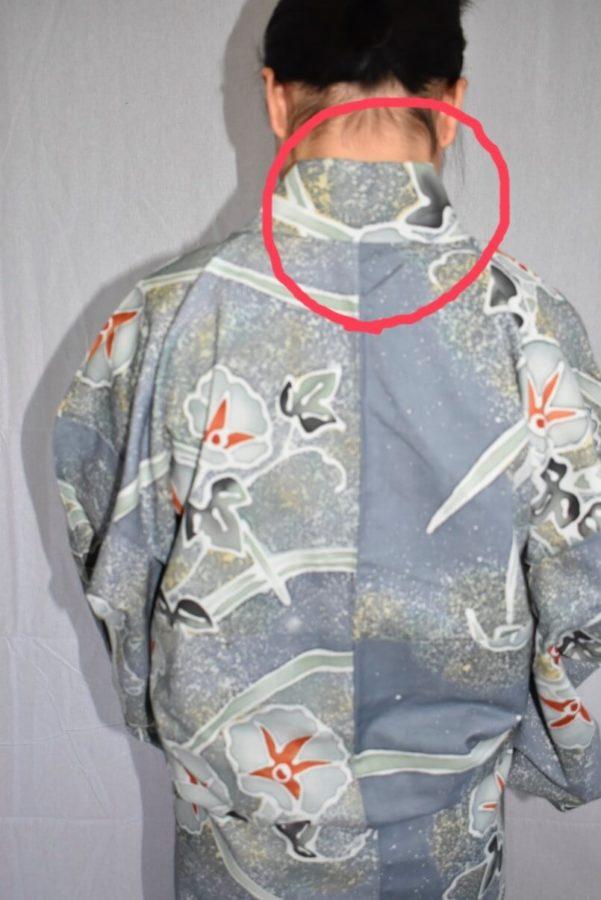 丸の部分の衣紋(えもん)と呼ばれる部分を抜きます