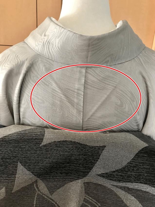 背中の部分(着物)のたるみを取ります