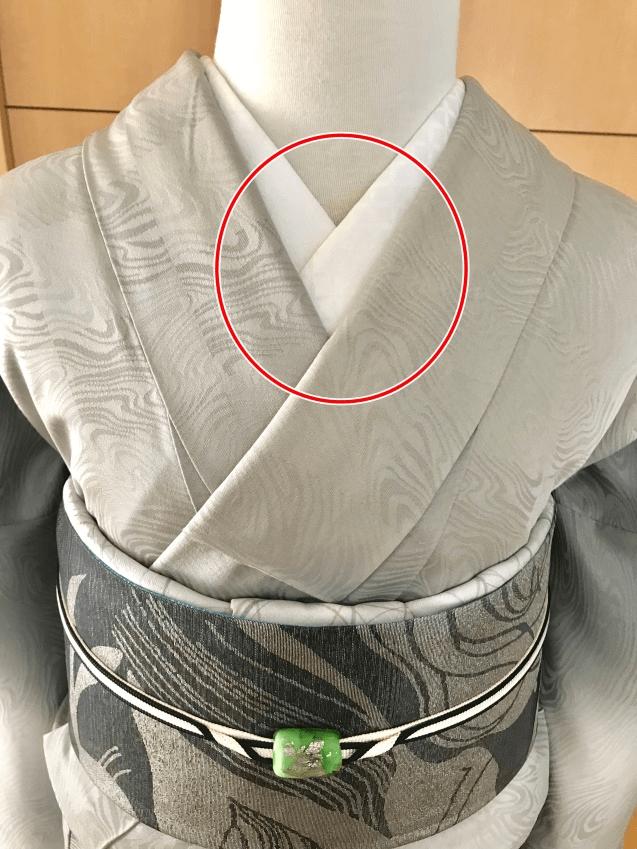 衿合わせできれいに見えるポイント衿合わせの幅、角度が左右対称。