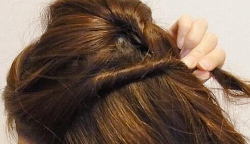 耳上サイドの髪の毛を上の方から適量取りねじる
