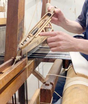 飛び杼はかた織りバッタン機