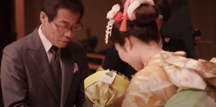 家族成人式お父さんに花束