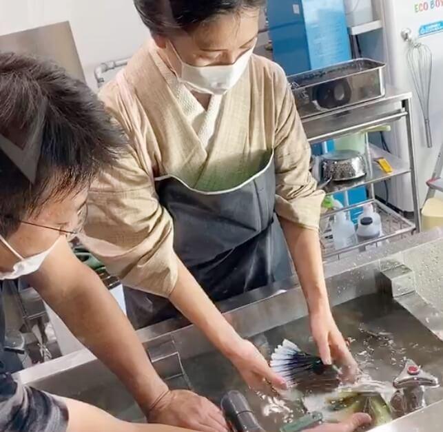 染め体験京都いづつ藍染水で糸解き